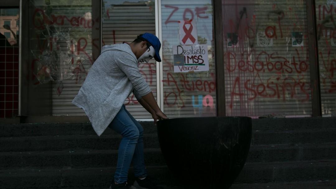 Pacientes VIH exigen a IMSS atender desabasto medicamentos