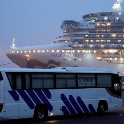 Foto: Autobuses con cortinas cerradas llegan a la Terminal de Cruceros, donde el Diamond Princess está atracado. (EFE