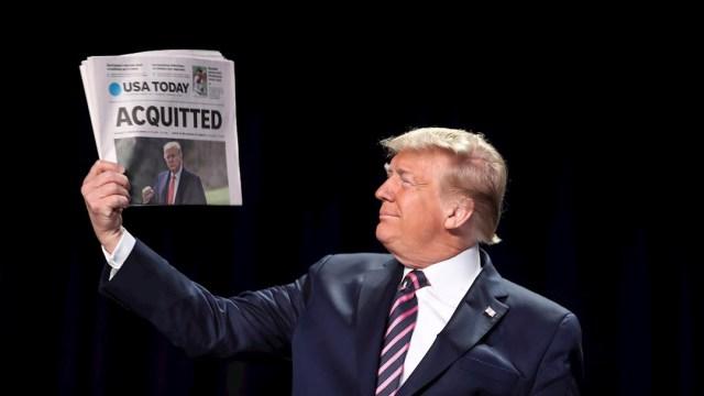 Foto: El presidente de los Estados Unidos, Donald Trump, muestra una copia del periódico USA Today con su absolución del juicio político, 6 febrero2020