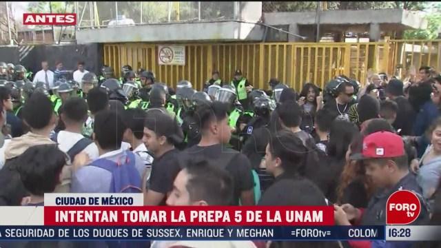 FOTO: encapuchados se enfrentan con policias afuera de prepa