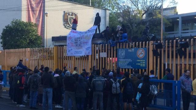 FOTO Encapuchados toman Prepa 8 de la UNAM (Noticieros Televisa)
