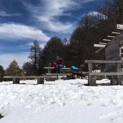 Miles de personas disfrutan de la nieve en el Nevado de Colima