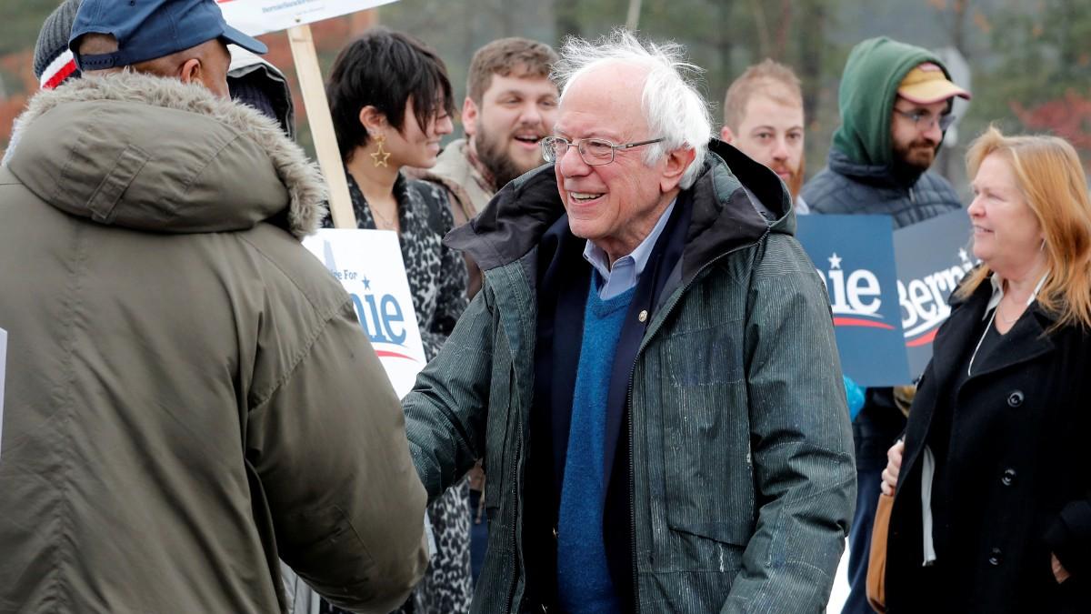 Foto: Bernie Sanders saluda a un grupo de personas. Reuters