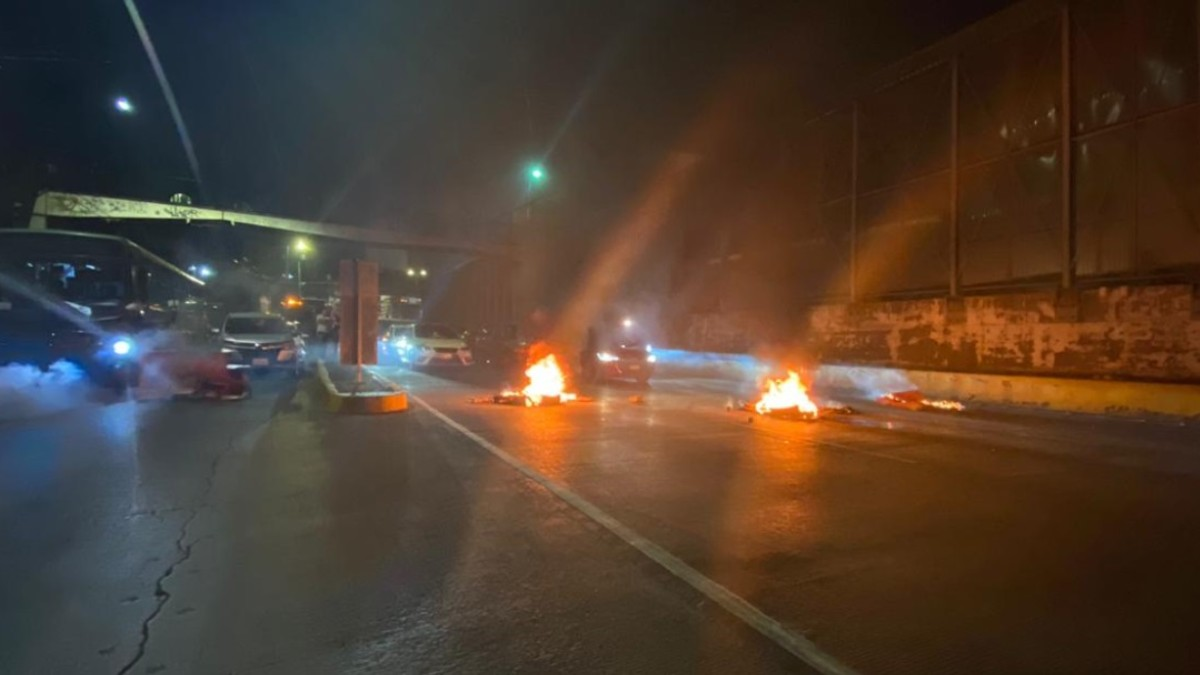 Foto: Vecinos bloquearon Circuito Interior. Noticieros Televisa/Alan