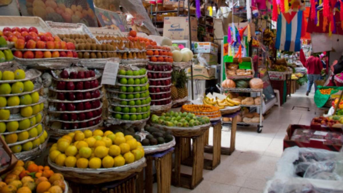 Foto: Frutas, verduras y piñatas en un mercado de la Ciudad de México. Getty Images/Archivo