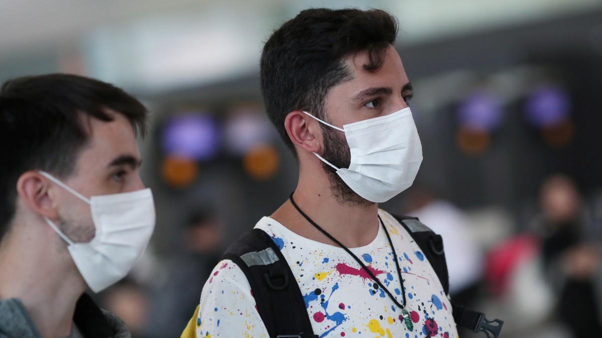 Foto: Turistas usan cubreboca en un aeropuerto de Brasil. Reuters