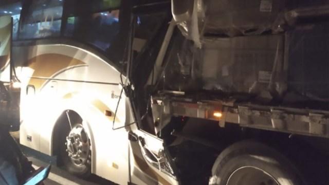 Foto: Un autobús de pasajeros chocó contra un tráiler. Twitter/@vialhermes