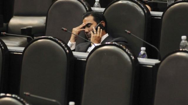 Foto: El diputado panista, Alfonso Robledo Leal, descansa los ojos. Cuartoscuro/Archivo