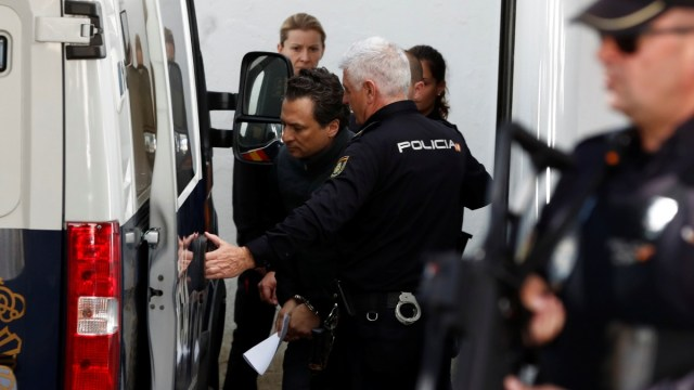 Foto: Policías españoles trasladan a Emilio Lozoya. Reuters