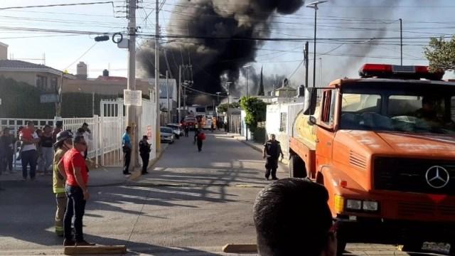 Foto: Incendio en una fábrica de plásticos.