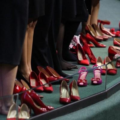 Diputados protestan con pañuelos morados y zapatillas rojas por feminicidios en México