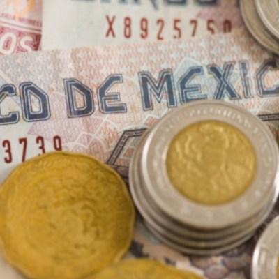 Peso borra ganancias del año por coronavirus; Bolsa Mexicana cae
