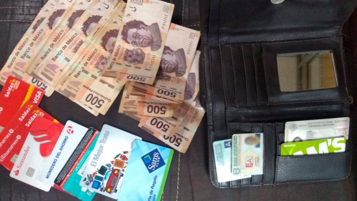 Foto: Policías devolvieron una cartera con 10 mil pesos. SSC