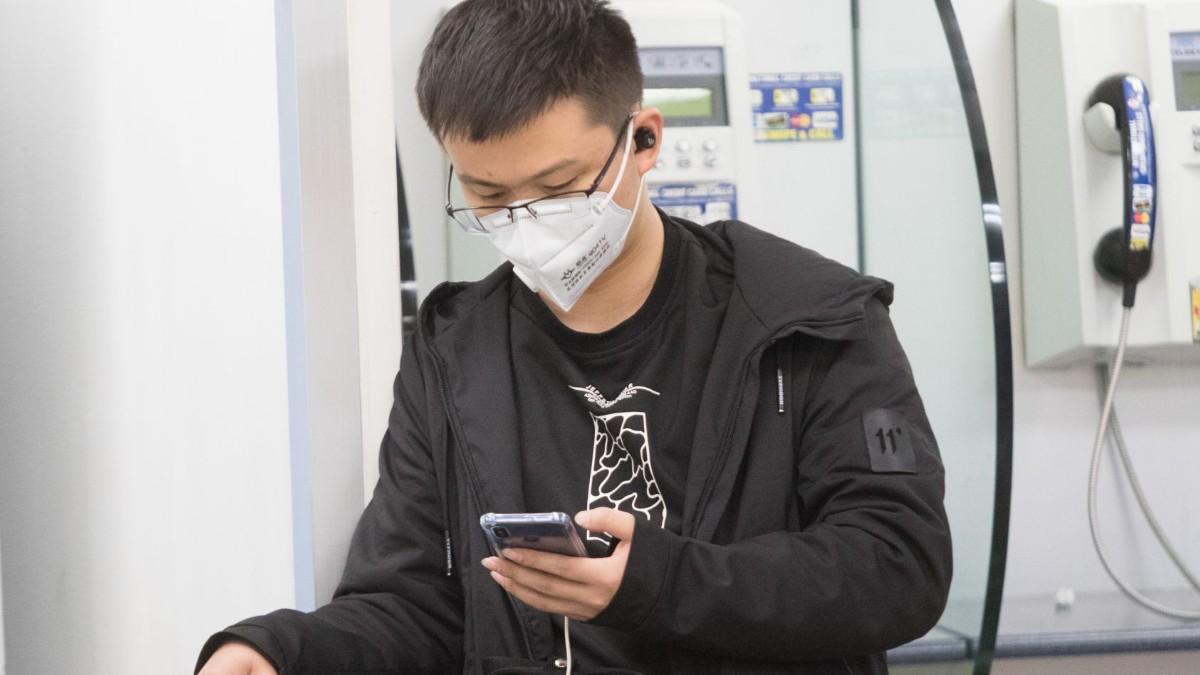 Foto: Un turista usa cubreboca en el AICM. Cuartoscuro