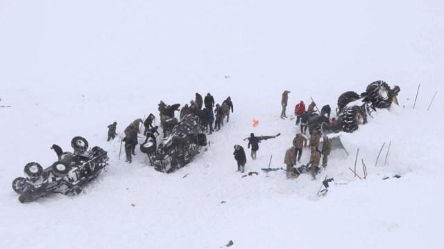 Foto: Equipos de rescate varados por una avalancha de nieve. Reuters