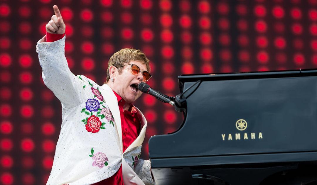 Elton John interrumpe su concierto entre lágrimas y anuncia que tiene neumonía