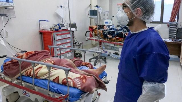 Foto: Una enfermera atiende a pacientes infectadas con coronavirus en Qom, Irán, 28 febrero 2020