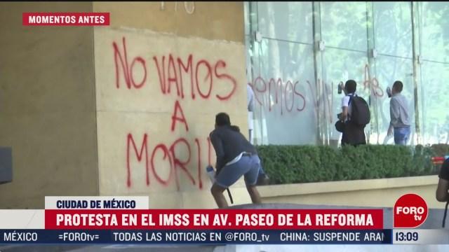 FOTO: manifestantes protestan afuera de las oficinas del imss