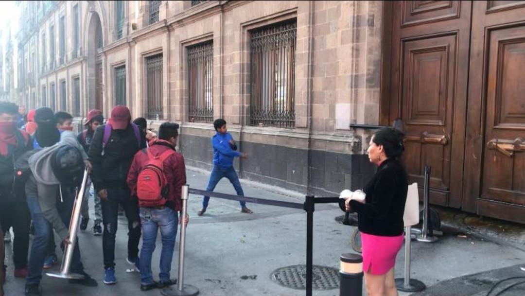 Foto: Video: Manifestantes vandalizan puerta de Palacio Nacional