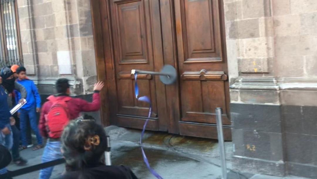 Foto: Manifestantes vandalizan puerta de Palacio Nacional