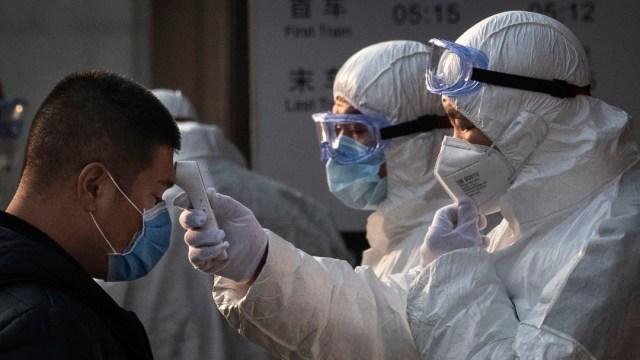FOTO: Médicos y enfermeras rapan sus cabezas para atender a enfermos del coronavirus, el 18 de febrero de 2020