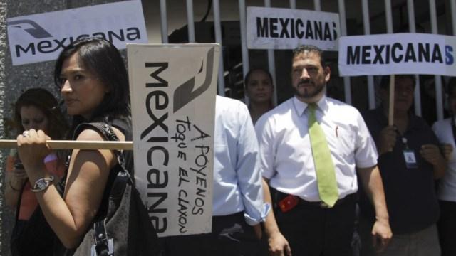 Foto: Trabajadores de la aerolínea Mexicana de Aviación frente a las instalaciones de la Secretaría de Comunicaciones y Transportes, 28 febrero 2020