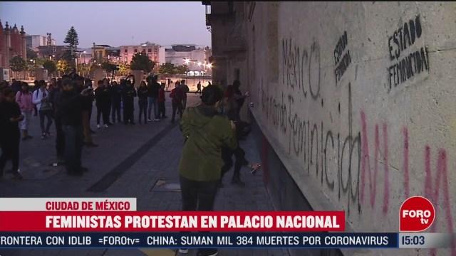 FOTO: mujeres encapuchadas vandalizan accesos a palacio nacional