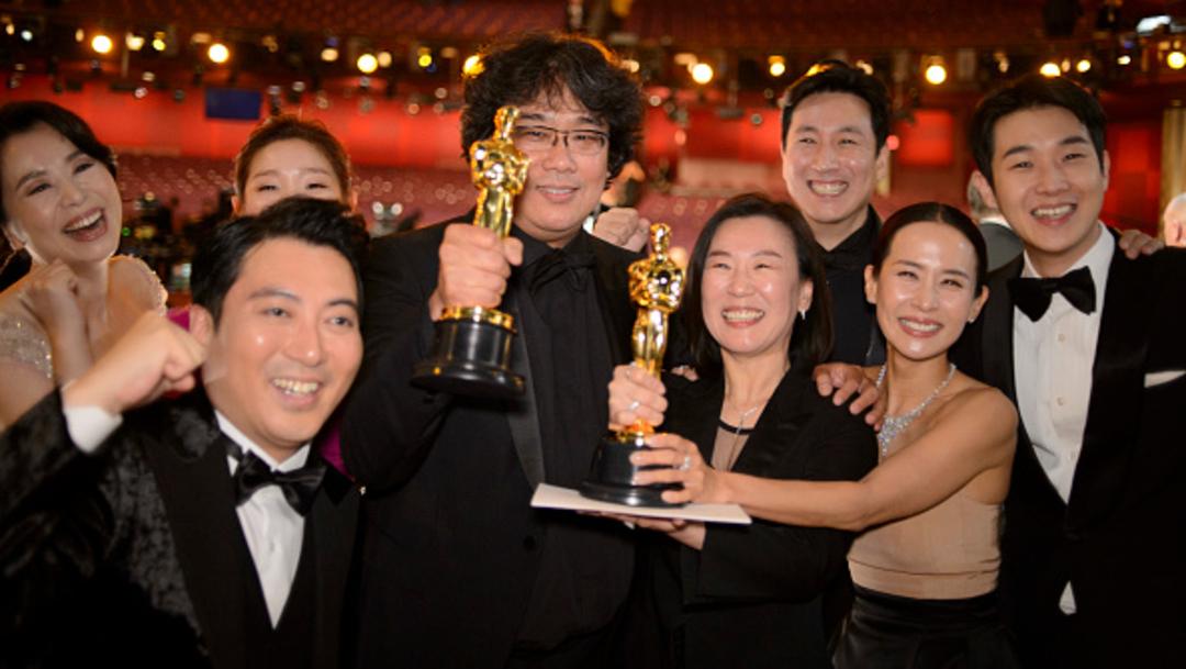 """Foto: El elenco de la película """"Parasitos"""" mostrando los premios Óscar, 21 febrero 2020"""
