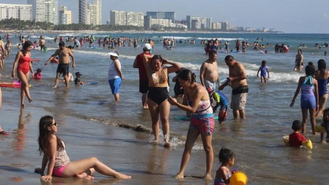 Imagen: Vacacionistas aprovecharon este primer fin de semana largo para visitar las playas de Oaxaca y Acapulco