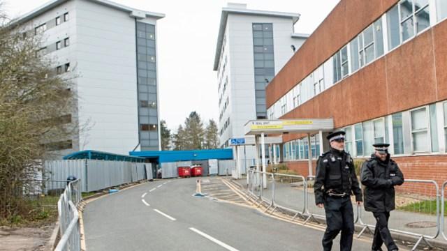 Foto: La policía monta guardía afuera del hospital Arrowe Park, en Reino Unido, 23 febrero 2020