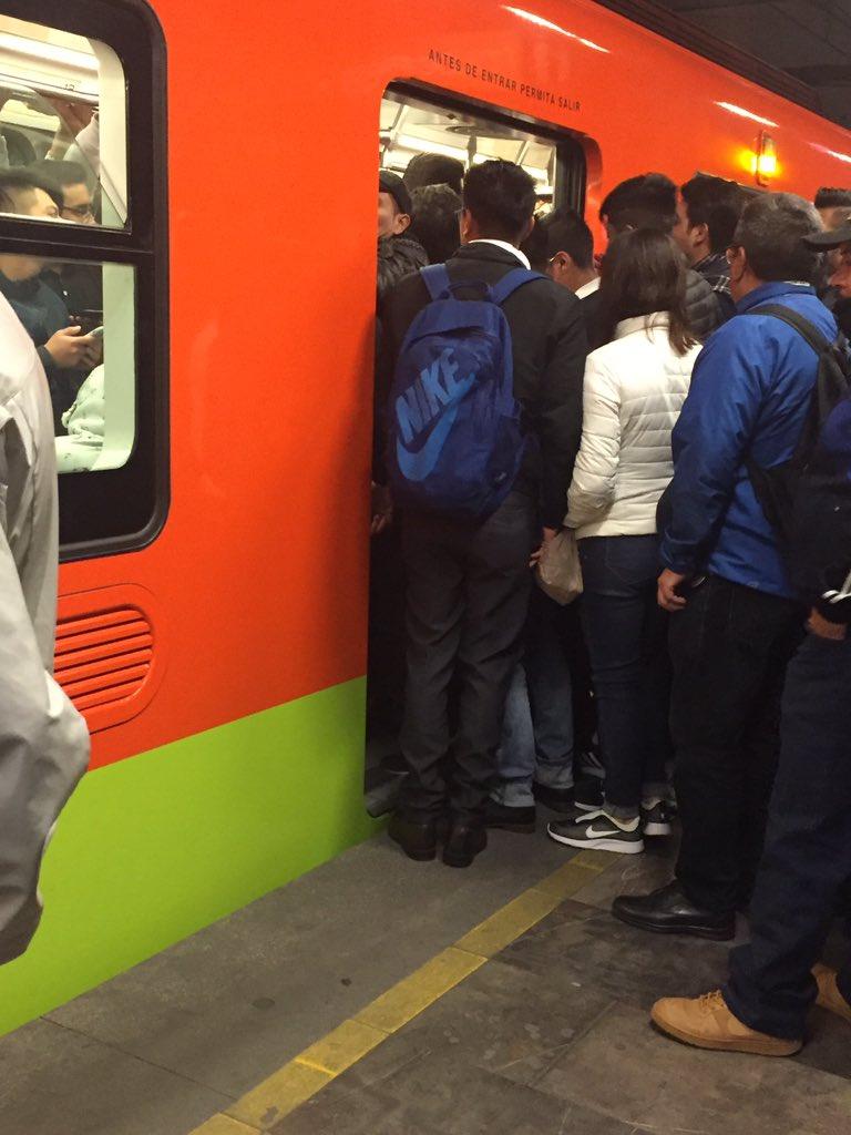 FOTO: Usuarios reportan retrasos y saturación en Línea 1 del Metro de CDMX (Twitter)
