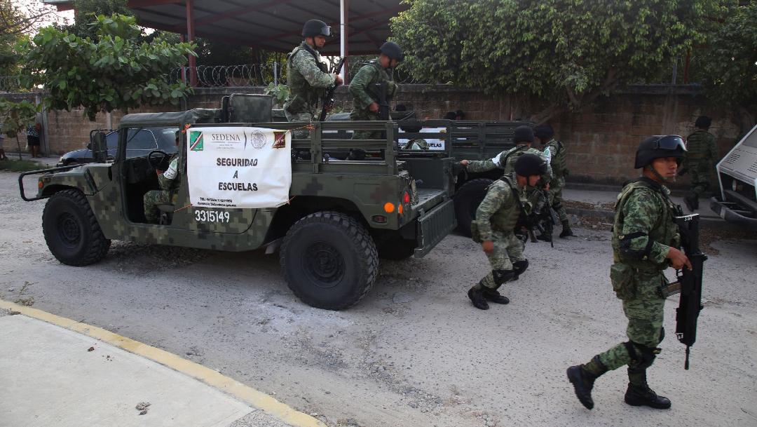 """Foto: Soldados resguardan las escuelas en la periferia de Acapulco como parte de la estrategia de """"Seguridad a Escuelas"""""""