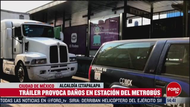 FOTO: trailer provoca danos en estacion del metrobus en iztapalapa