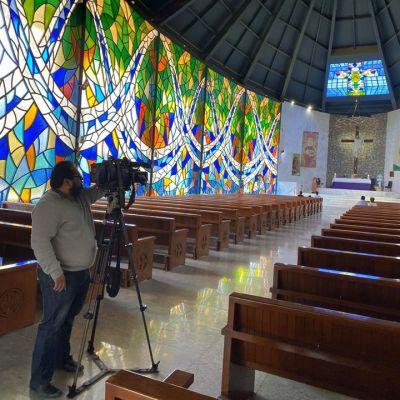 Video: Sacerdote mexicano confiesa afuera de la iglesia por coronavirus