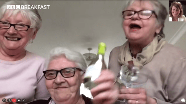 Foto Coronavirus: Para aislarse, tres abuelitas se mudan para ver series y tomar vino 20 marzo 2020