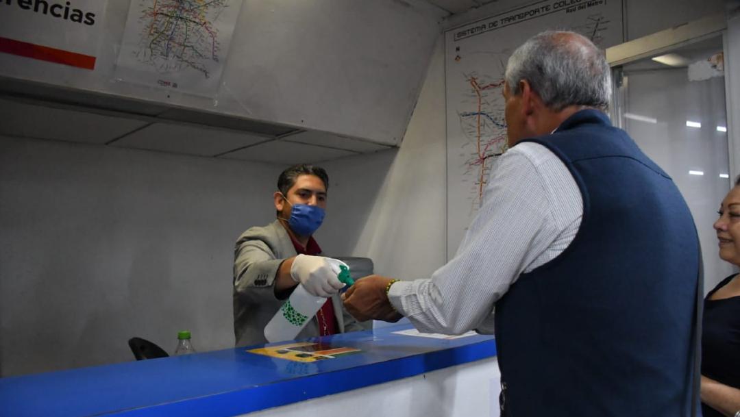 Trabajadores del Metro reparten gel antibacterial. (Foto: STC Metro)