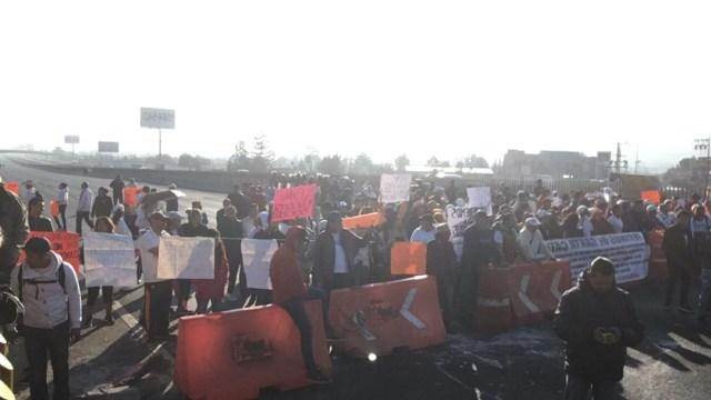 FOTO Bloquean autopista México-Puebla por falta de agua (Noticieros Televisa)