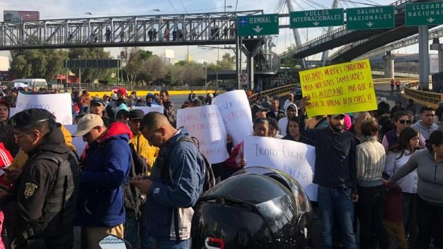 FOTO Manifestantes enfrentan a policías en AICM por bloqueo en Circuito Interior (Noticieros Televisa)