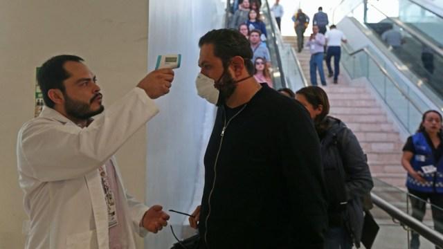 Un médico revisa la temperatura a un hombre ante avance de coronavirus en México. (Foto: Cuartoscuro)
