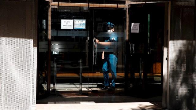 Foto: Un guardia de seguridad usa una mascarilla en Santiago de Chile, 21 marzo 2020
