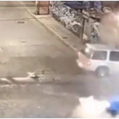 Video: Camioneta se impacta contra casa tras accidente en Naucalpan