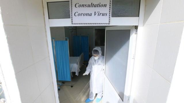 Foto: Un médico atiende una clínica para pacientes contagiados con coronavirus