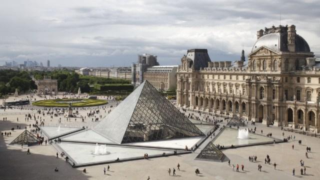 Museo del Louvre reabre puertas tras cierre por coronavirus