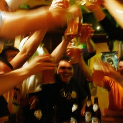 Infectado con coronavirus deja cuarentena y va a fiesta de 100 personas