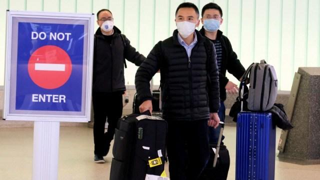 Foto: Pasajeros procedentes de China llegan al Aeropuerto Internacional de California. Reuters