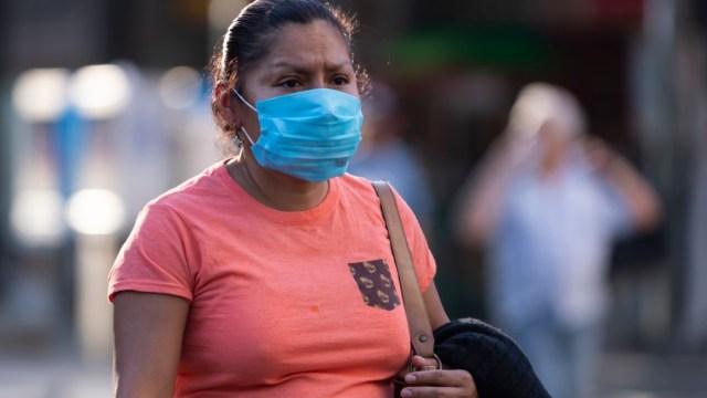 Foto: Una mujer usa cubreboca. Getty Images