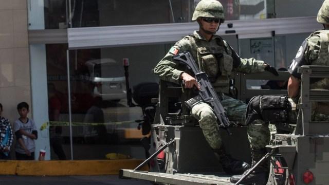 Foto: Militares custodian una tienda saqueda en Naucalpa, Estado de México. Cuartoscuro