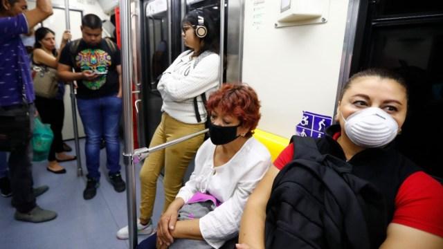 Foto: Señoras usan cubreboca en el Metro CDMX. Getty Images