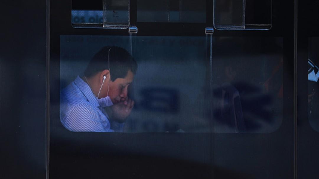 Foto: Un joven usa cubreboca. Getty Images