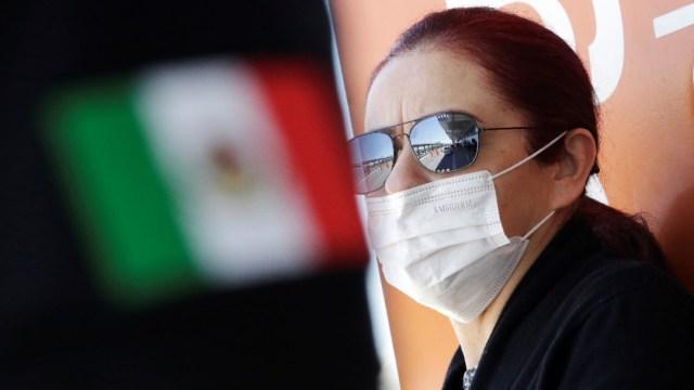Foto: Una mujer usa cubre boca en el aeropuerto de Ciudad Juárez. Reuters